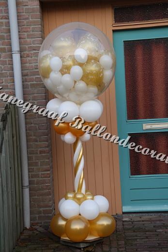 28) pilaar met een top ballon ong. 80 cm. met klein ballonnetjes (2.00 cm hoog) €40,00