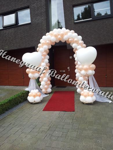 4) boog(enkele deur) €80,00 en 2 harten pilaren( ong. 2m. hoog) €35,00 per stuk