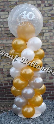 18)goud/zilver en wit met top ballon 40 (ong.1.8m hoog)€ 40,00