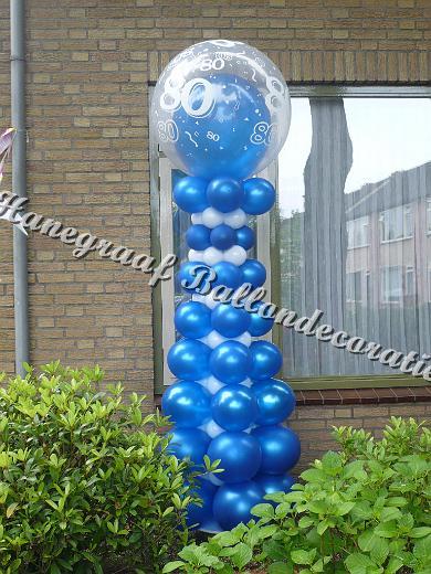 1)blauw/wit met top ballon 80 (2.5m hoog) €47,50