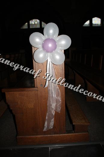 64) bloem decoratie voor in de kerk(met kleine ballonnen) € 4,50 per stuk