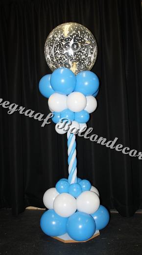 3) blauwe/ wit pilaar met topballon 60 (1.7m. hoog) €25,00