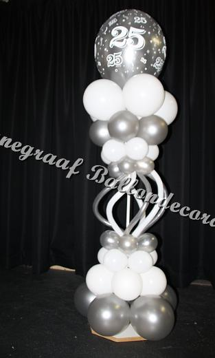 27)pilaartje met modeleer ballonnen en een top ballon ong. 40 cm. (1.70 m. hoog) €25,00