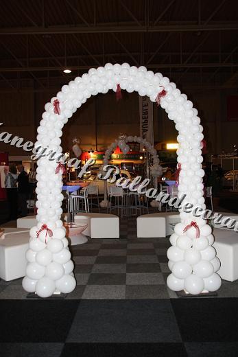 11)witte boog met kleine ballonnetjes  €105,00