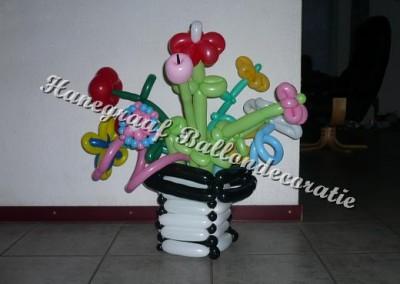 28) middel grote vaas met bloemen ( op aanvraag)