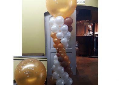 29)zandloper pilaar met een beletterde topballon